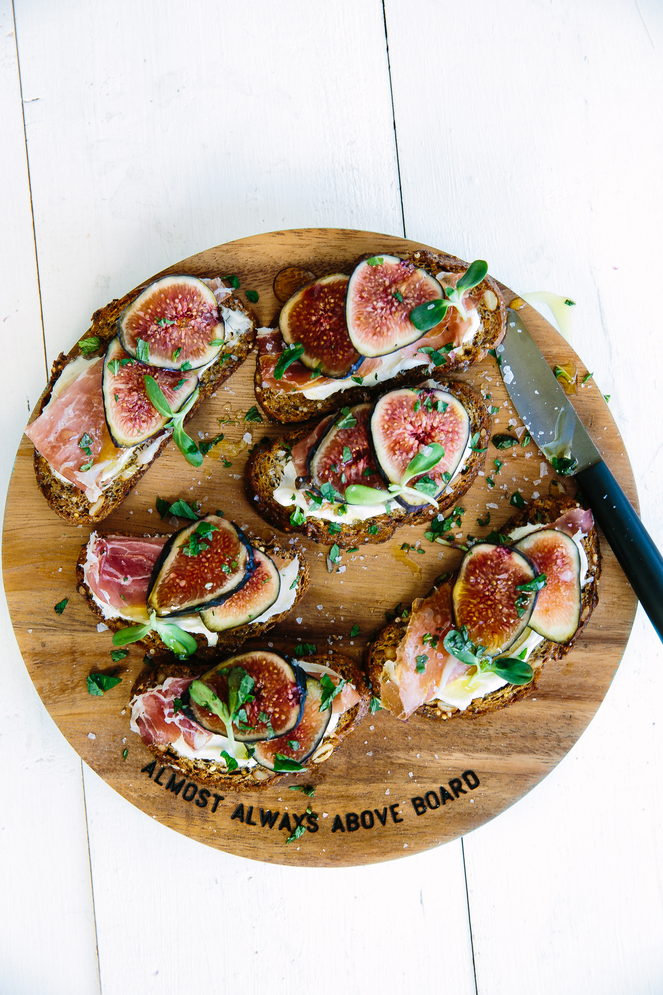 goat cheese, fig, & prosciutto tartines // perfect sweet & salty appetizer for a springtime brunch