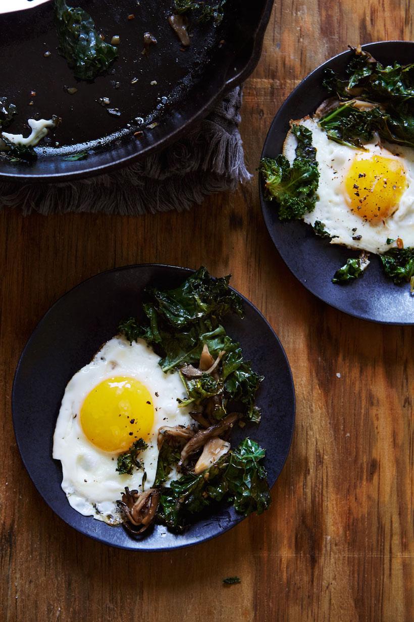 La manera perfecta de animar un desayuno de huevo simple: ¡agregue hongos silvestres y col rizada!
