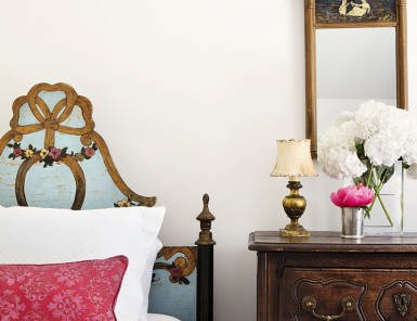 eclectic bedroom with twin beds
