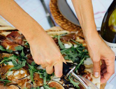 grilled pizza with fig, prosciutto, mozzarella, and arugula