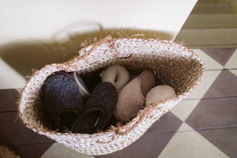 canasta de pantuflas para los invitados que vienen en el otoño