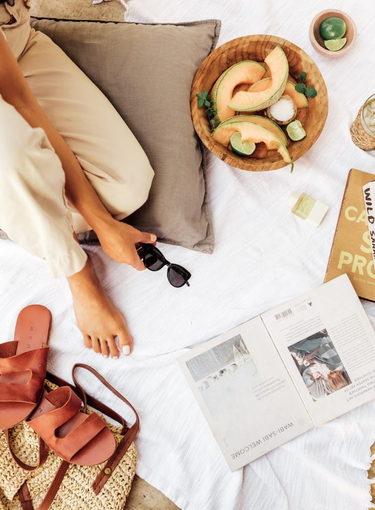 estilos camille essenciais à beira da piscina, sandálias, melão, livros, verão