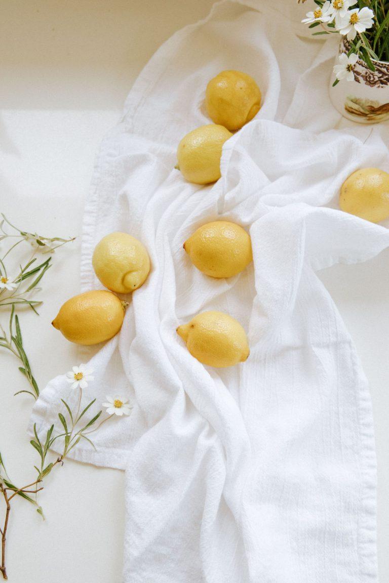 لیموهای تازه برای دستور پخت کیک لیمویی Ricotta یک پروژه پخت آخر هفته عالی است