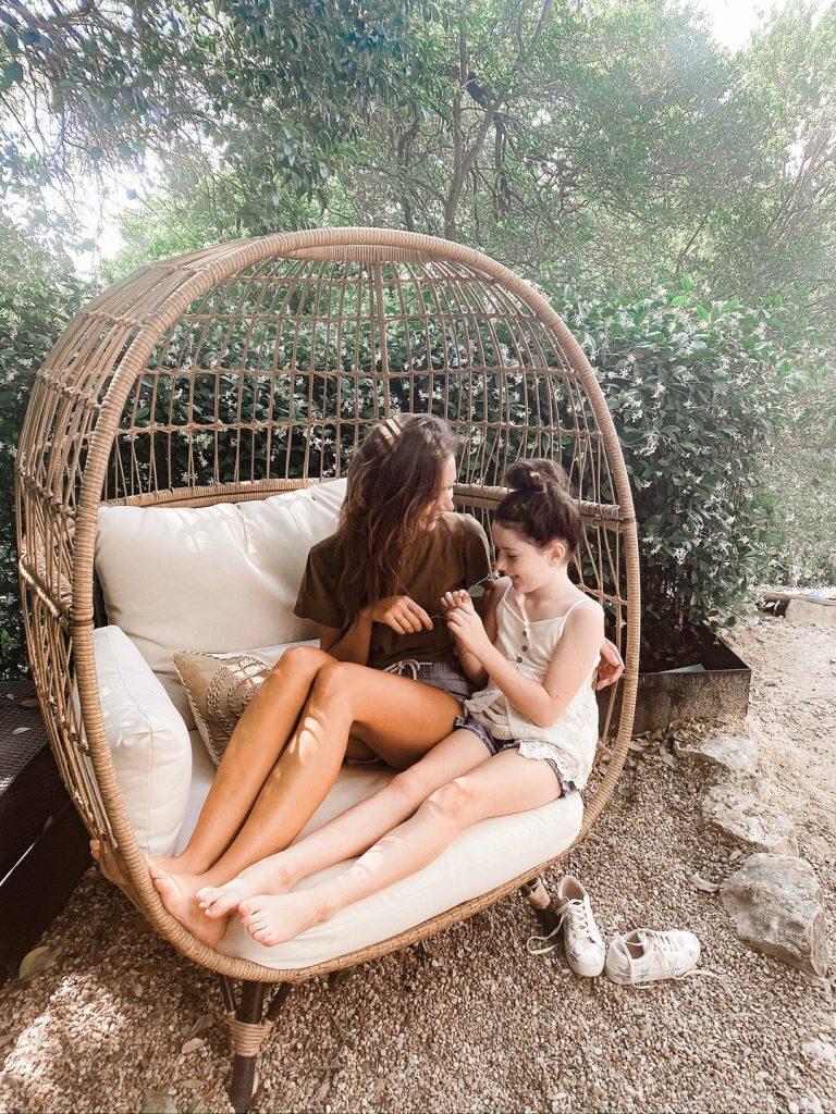 estilos de Camille e filha Phoebe no quintal com jasmim