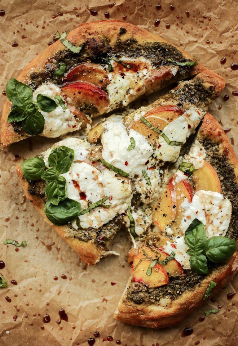 pêssego, manjericão, pesto, burrata e pizza balsâmica