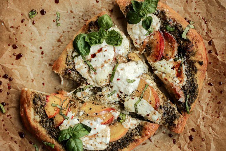 Pizza de pêssego, pesto e balsâmico é verão em uma crosta 1