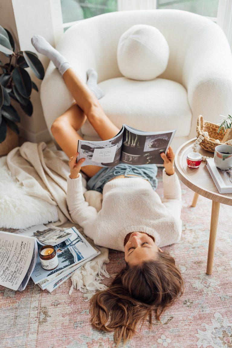 camille styles à la maison dans la chambre avec les magazines chérie