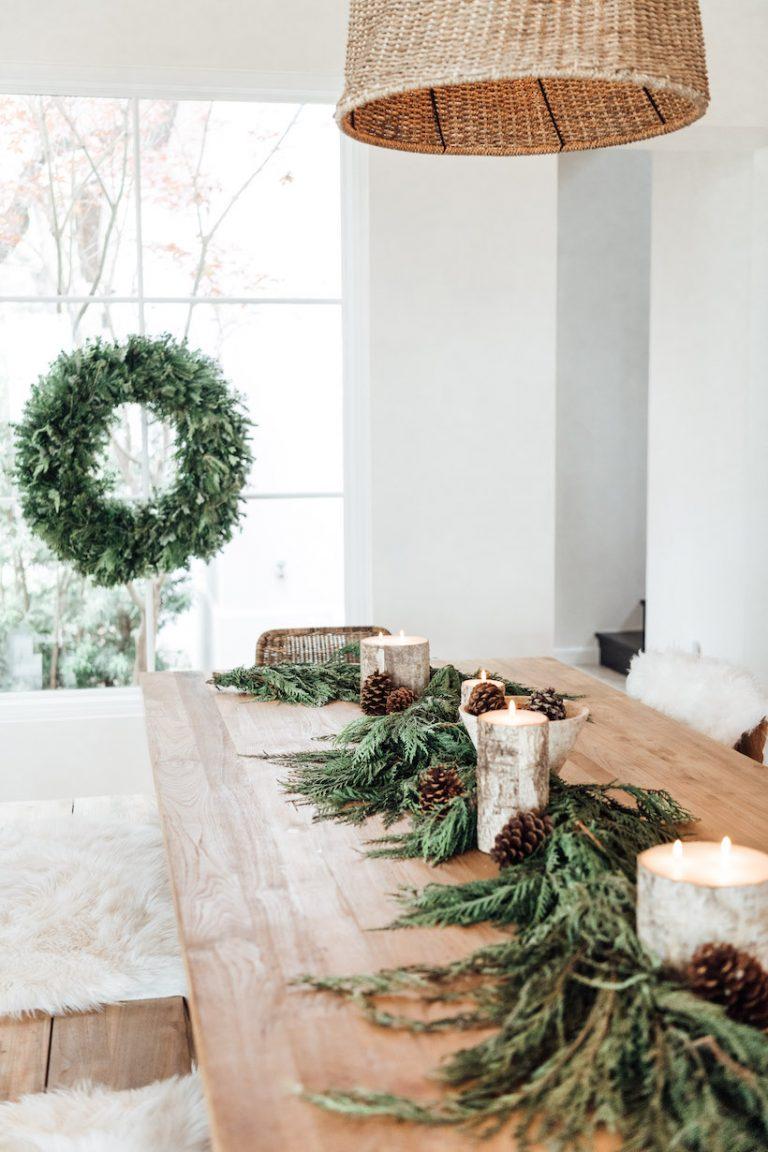 Velas de corteza de abedul en la mesa de navidad