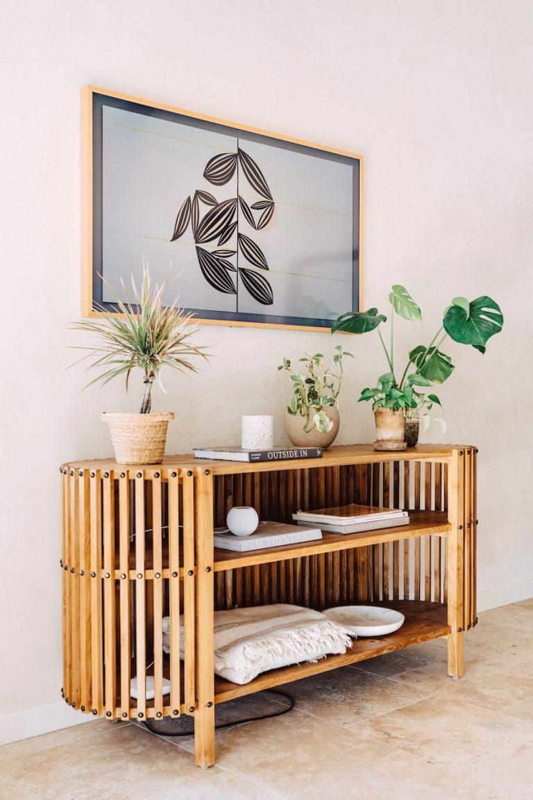 Table console de télévision Camille Styles dans la chambre à la maison