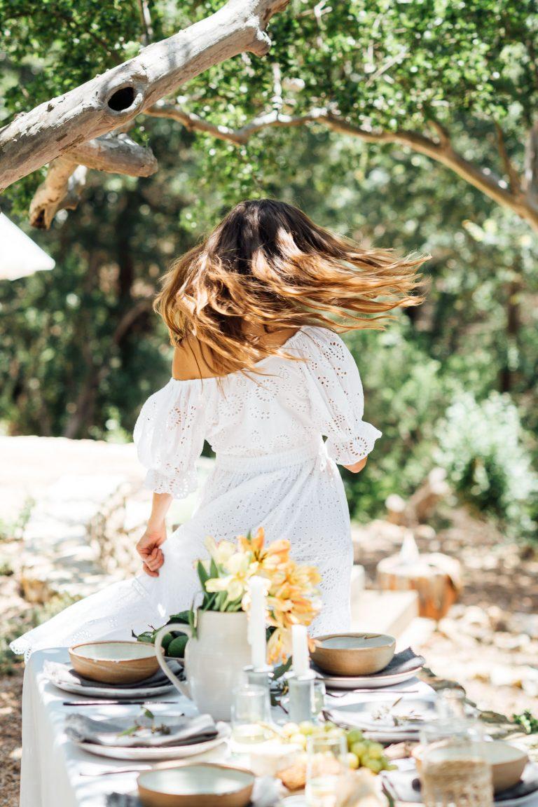 رقص ، جشن ، ایده های چیدمان میز تابستانی ، میز مهمانی شام تابستانی کامیل استایلز در حیاط خلوت با درختان ، لباس سفید