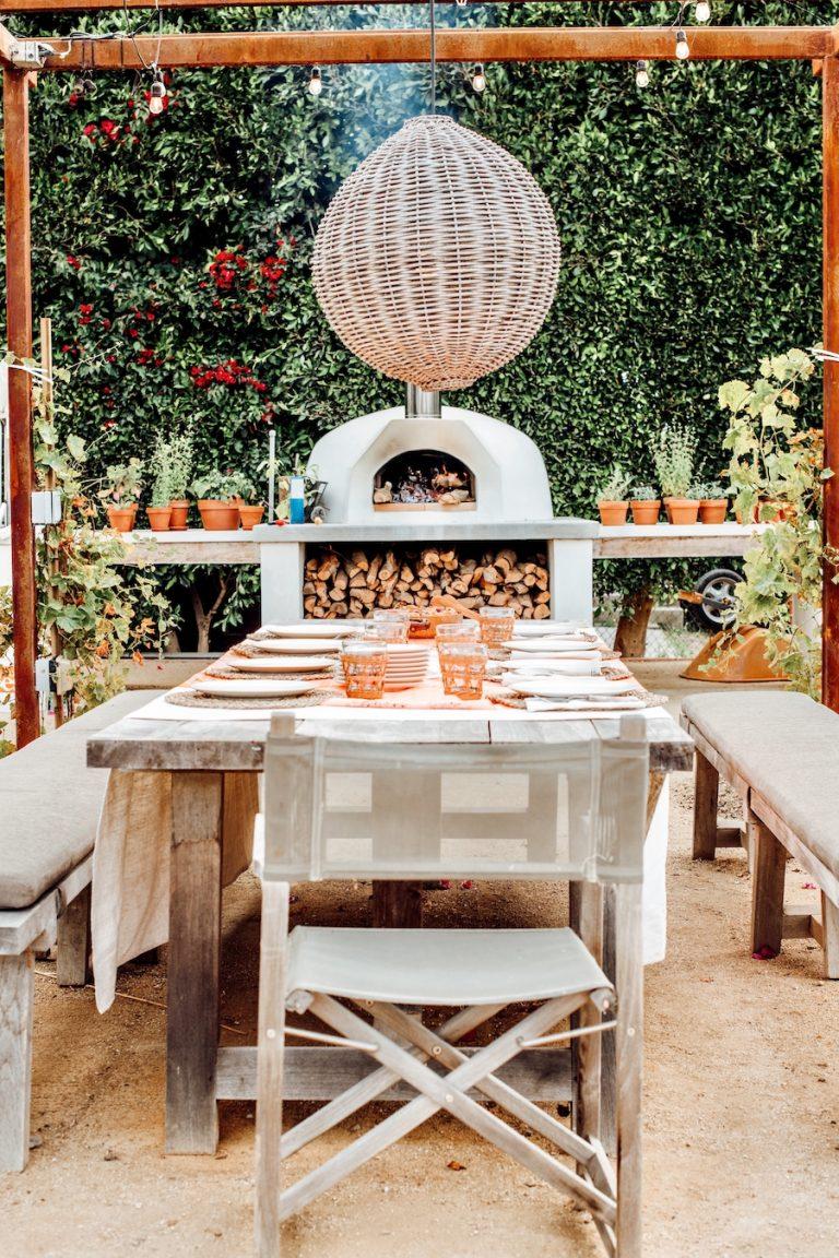 کلاه فرنگی میز ناهارخوری سرپوشیده با آویز چراغ بافته شده ، اجاق پیتزا ، مهمانی شام در مزرعه مالیبو