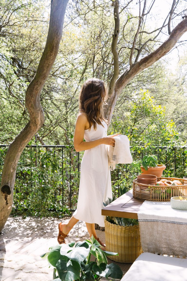 Camille Styles - setting the table in backyard- - how to get beachy waves