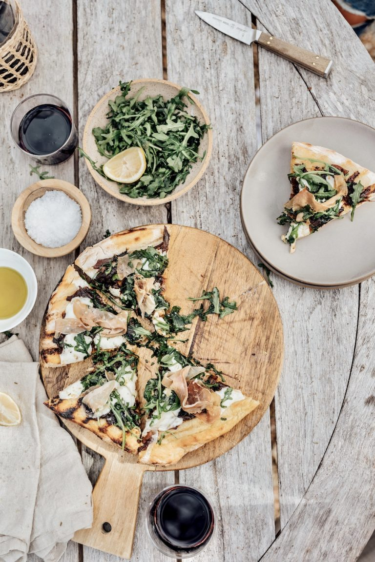 Caramelized Onion and Prosciutto Pizza with Arugula - how to grill a pizza