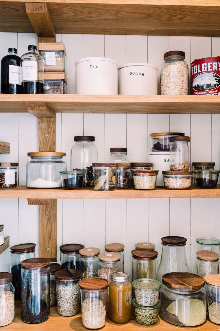 انباری سازماندهی شده - آشپزخانه مزرعه مدرن ، خانه هلن هندرسون - مزرعه مالیبو