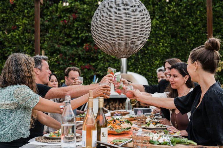 تشویق - نان تست با شراب - مهمانی شام تابستانی ، سبزیجات تازه ، هلن هندرسون - مزرعه مالیبو