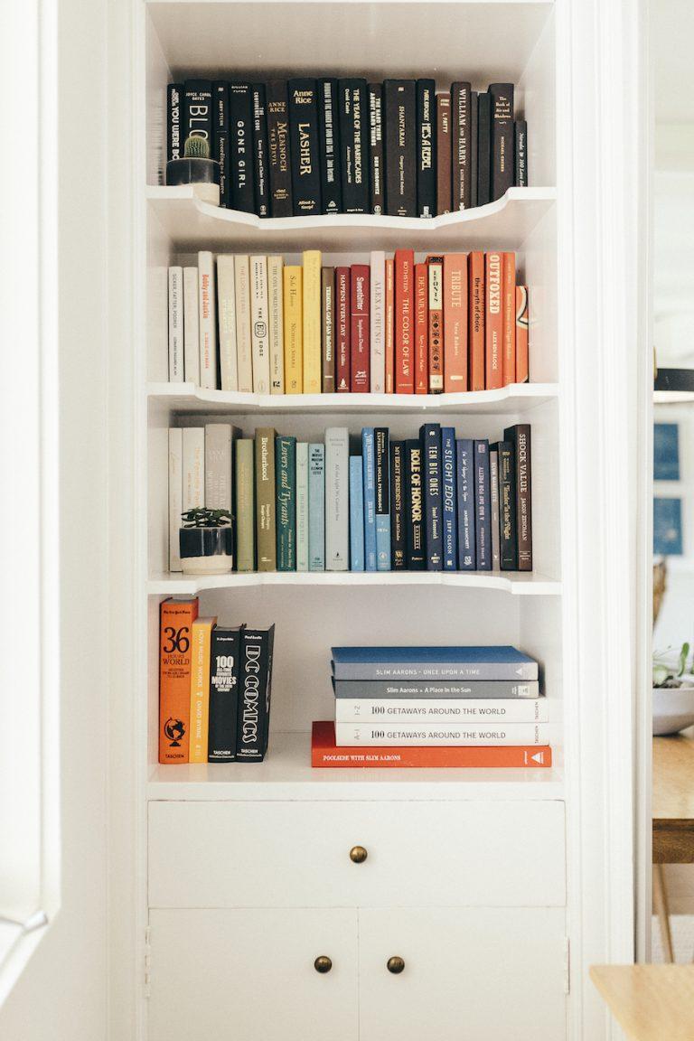 قفسه های کتاب با رنگ هماهنگ ، خانه کت سادلر
