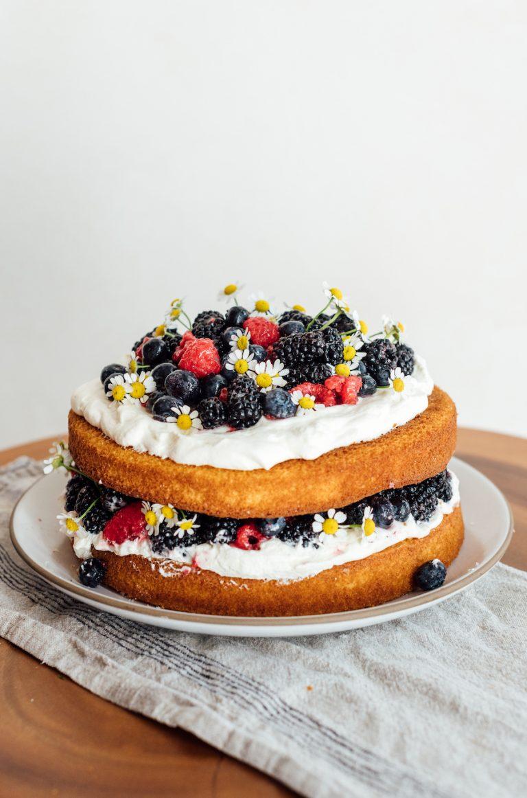 طرز تهیه دستور کیک توت و خامه با خامه و انواع توت ها