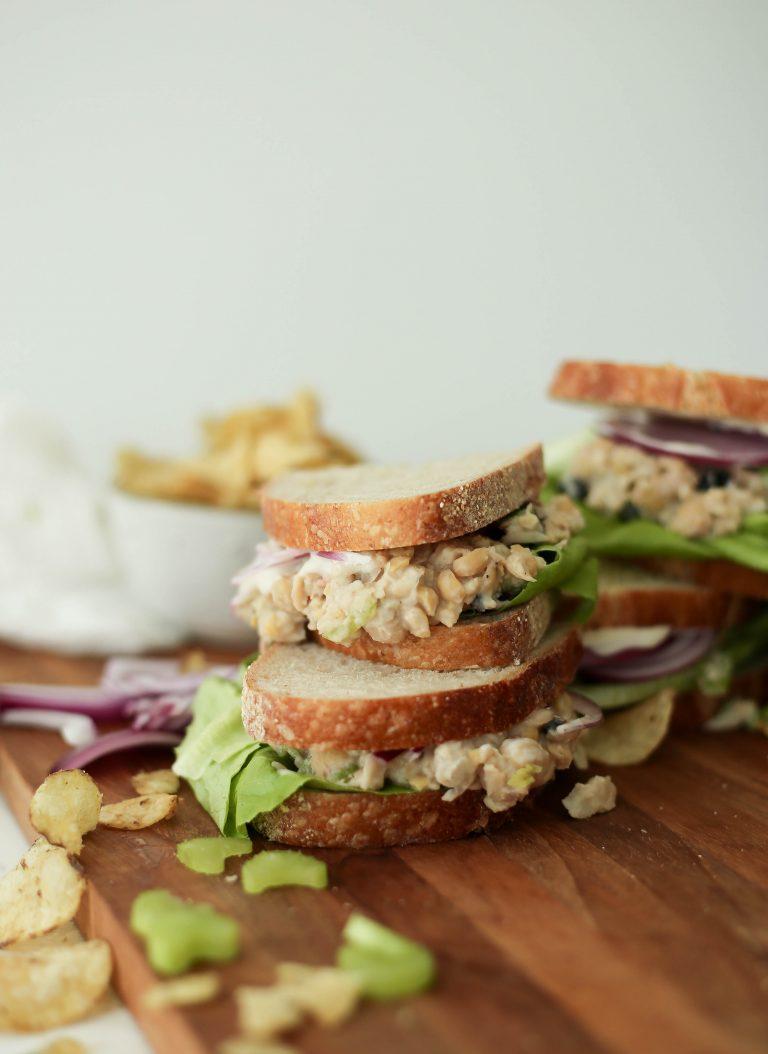 ساندویچ سالاد نخود گیاهی با لوبیا کانلینی ، کرفس و کرن بری