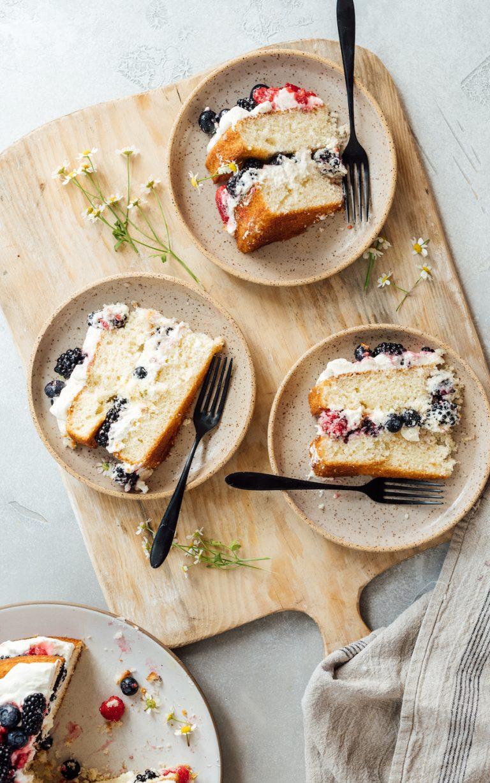 طرز تهیه کیک لایه ای آسان با خامه و انواع توت ها