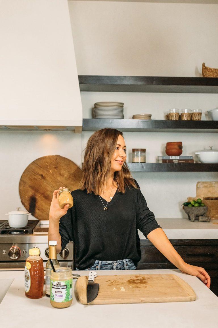 نحوه آماده سازی غذا برای یک هفته خوردن گیاهی ، ناهارهای سالم ، کامیل در آشپزخانه و تهیه سس سالاد