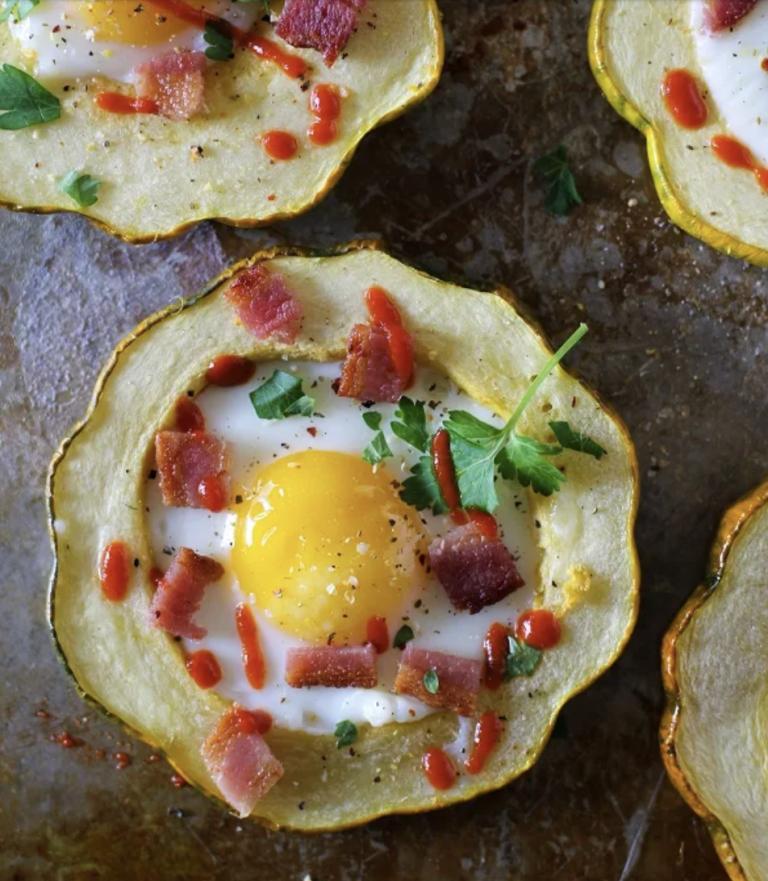 تخم مرغ کدو سبز بلوط در سوراخ