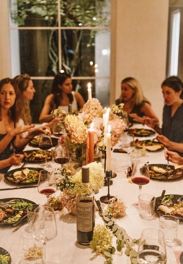 رومیزی بهاری با گلهای هیدروژن ، اجلاس سردبیر تیم سبک های کمیل - مهمانی شام