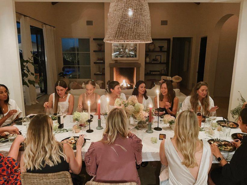 رومیزی بهاری با گلهای هیدروژن ، اجلاس ویرایشگر سبکهای کامیل - مهمانی شام