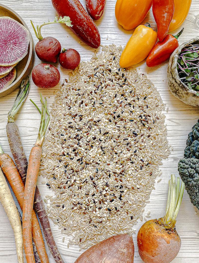 کاسه غلات پاییزی با سبزیجات ترشی سریع